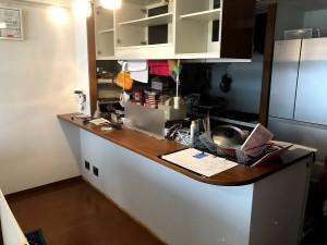 カウンター下収納家具とマグネットボード